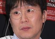 Regista e sceneggiatore.  Kong Soo-chan è uno dei più interessanti registi sudcoreani contemporanei il cui talento è stato prevalentemente votato all'horror, solitamente intrecciato ad […]