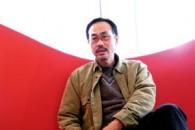 Fotografo di scena.  Jupiter Wong è probabilmente il più importante fotografo di scena del cinema di Hong Kong contemporaneo. Avanti alla sua macchina fotografica […]